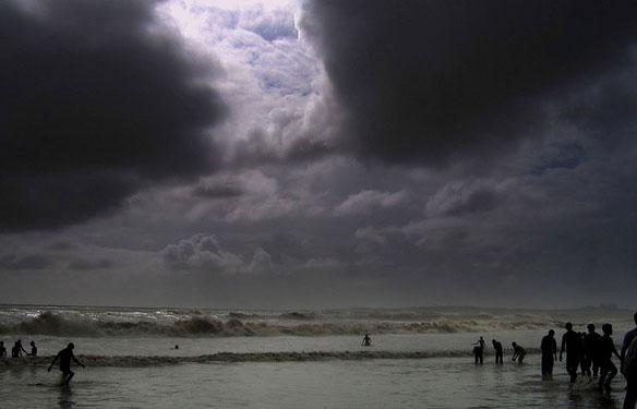 Oil slick spreads from sunken ship off Mumbai