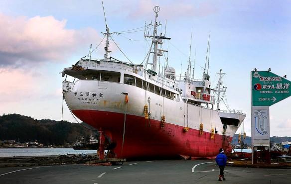 tsunami-japan-boat