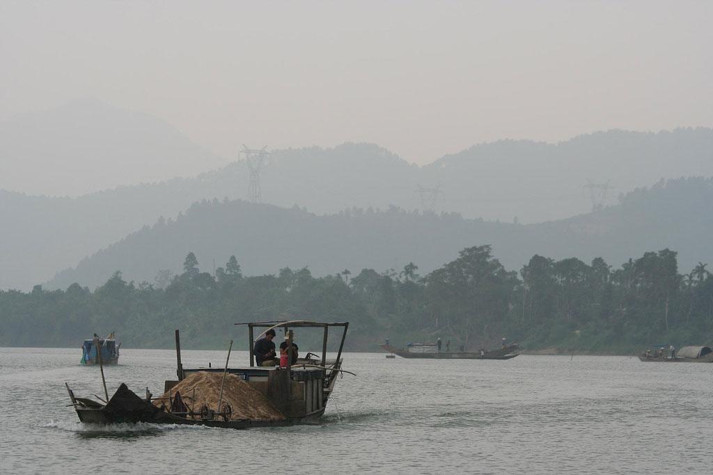 Illegal sand mining returns to Tien River, Vietnam
