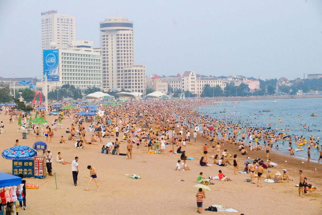 Over 100,000 people swarm this public beach in China; Video